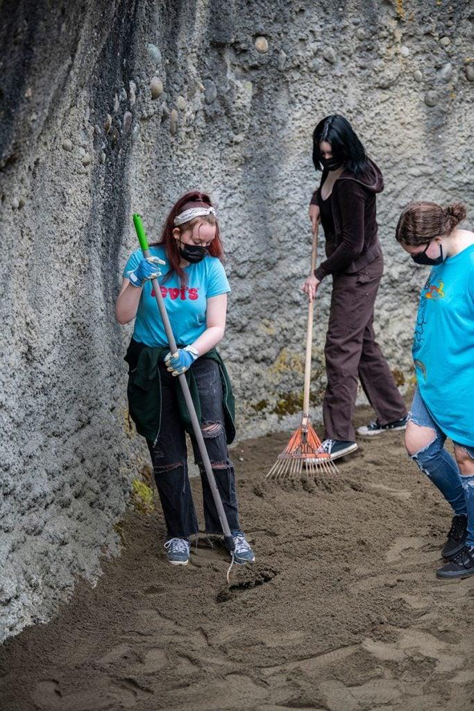 students raking sand in Blizzard the polar bear's exhibit